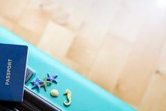 O saco do curso preparou-se à viagem com passaporte, estrela do mar, cavalos, conchas do mar Conceito - pronto para descansar ton foto de stock royalty free