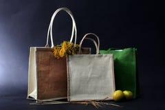 O saco feito fora do eco natural reciclou o saco da juta com maçã, relé Fotos de Stock Royalty Free
