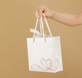 O saco vazio do presente do Livro Branco com corações zomba acima de guardar à disposição Imagens de Stock Royalty Free