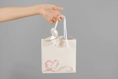 O saco vazio do presente do Livro Branco com corações zomba acima de guardar à disposição Fotografia de Stock Royalty Free