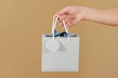 O saco vazio do presente do papel azul com corações zomba acima de guardar à disposição e Foto de Stock