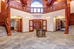 O salão de entrada impressionante do local de encontro do casamento com madeira almofadou paredes fotos de stock