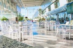 O salão de espera no terminal de aeroporto com café fotografia de stock royalty free