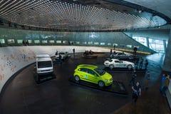 O salão de exposição com o fim dos carros do 20o e o começo do século do th 21 Fotos de Stock Royalty Free