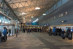 O salão do aeroporto do aeroporto de Tromso com a verificação na área foto de stock