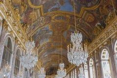 O Salão dos espelhos no palácio de Versalhes foto de stock