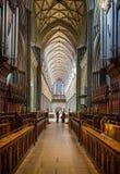 O salão principal da catedral de Salisbúria tomado do coro para em Salisbúria, Wiltshire, Reino Unido foto de stock royalty free