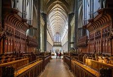 O salão principal da catedral de Salisbúria tomado do coro para em Salisbúria, Wiltshire, Reino Unido fotografia de stock royalty free