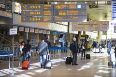 O salão terminal do aeroporto internacional Krakow-Balice de John Paul II comemorou seu 50th aniversário Imagens de Stock Royalty Free