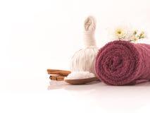 O sal dos cuidados médicos esfrega a aromaterapia isolada dentro no backgro branco Foto de Stock