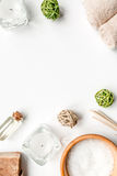 O sal e o aroma do banheiro lubrificam para termas no modelo branco da opinião superior do fundo Fotografia de Stock Royalty Free