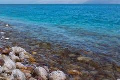 O sal nas pedras, o litoral do Mar Morto em Israel Fotos de Stock Royalty Free