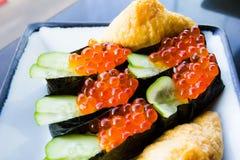 O salmão eggs o sushi imagens de stock royalty free