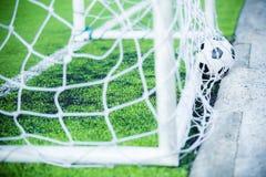O salto do futebol é atrás do meta Imagens de Stock