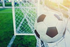 O salto do futebol é atrás do meta para engrenar o objetivo Fotos de Stock Royalty Free
