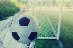 O salto do futebol é atrás do meta para engrenar o objetivo Imagem de Stock