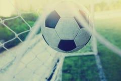 O salto do futebol é atrás do meta para engrenar o objetivo Fotografia de Stock Royalty Free