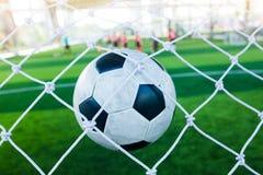 O salto do futebol é atrás do meta para engrenar o objetivo Foto de Stock Royalty Free