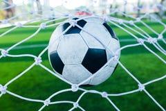 O salto do futebol é atrás do meta para engrenar o objetivo Imagem de Stock Royalty Free