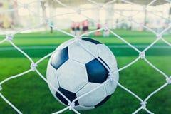 O salto do futebol é atrás do meta para engrenar o objetivo Imagens de Stock Royalty Free