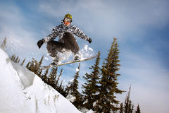 O salto do Snowboarder fotos de stock royalty free