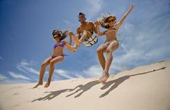 O salto dos amigos Fotografia de Stock Royalty Free