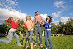O salto dos estudantes Fotografia de Stock