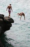 O salto dos meninos Imagens de Stock