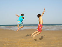 O salto dos meninos Fotografia de Stock Royalty Free