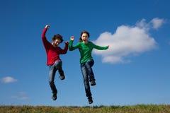 O salto dos miúdos ao ar livre Imagens de Stock