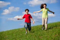 O salto dos miúdos ao ar livre Foto de Stock Royalty Free