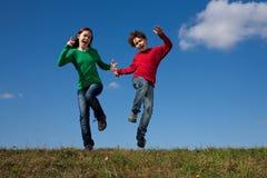 O salto dos miúdos ao ar livre Fotografia de Stock