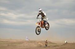 O salto elevado através do monte aterra o piloto do MX Imagens de Stock Royalty Free