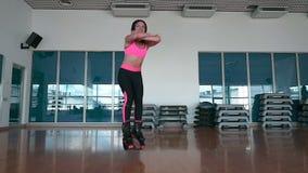 O salto fêmea em sapatas do kangoo no gym video estoque