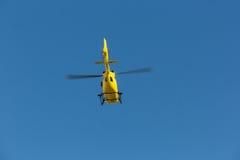 O salvamento médico do voo do helicóptero do salvamento feriu o montanhista em Tre Cime Italy, dolomites Fotografia de Stock Royalty Free