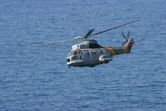O salvamento por helicóptero de Airbus Superpuma manobra mediterrâneo excedente de bordo imagens de stock