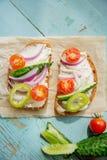 O sanduíche com pesto da erva e a chagas comestível floresce Imagem de Stock Royalty Free