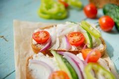 O sanduíche com pesto da erva e a chagas comestível floresce Imagens de Stock Royalty Free
