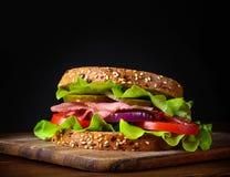 O sanduíche preparou-se recentemente com bacon, tomate, pepino, cebola no brinde inteiro do trigo da grão Imagem de Stock