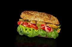 O sanduíche rola com presunto, pepino, pimenta, alface e tomate fotos de stock