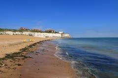 O Sandy Beach em Joss Bay na costa sul de Kent fotografia de stock royalty free