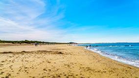 O Sandy Beach largo e limpo em Banjaardstrand ao longo do Oosterschelde fotos de stock