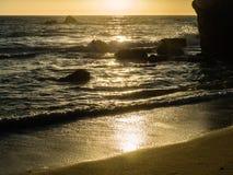 O Sandy Beach no vendaval no por do sol fotos de stock