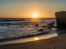 O Sandy Beach no vendaval no por do sol imagem de stock royalty free