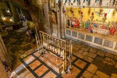O santamente enterram a opinião do interior da igreja. Imagens de Stock Royalty Free