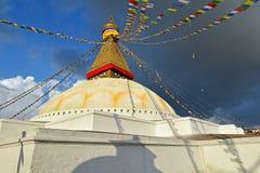 O santuário budista Boudhanath Stupa com sabedoria da Buda eyes em Kath fotografia de stock royalty free