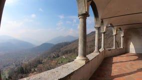 O santuário de St Patrick San Patrizio, vila de Colzate, Bergamo, Itália Um local medieval empoleirado video estoque
