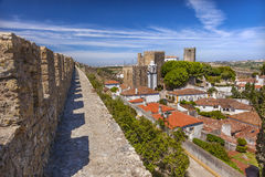 O Sao Pedro Church Orange Roofs Castle mura Obidos Portugal Fotos de Stock