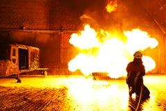 O sapador-bombeiro extingue um incêndio Foto de Stock Royalty Free