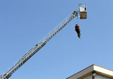 O sapador-bombeiro pendurou a corda que escala durante o exercício prático fotos de stock